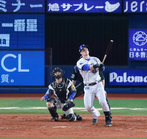 DeNA対阪神 7回裏DeNA無死、小林から左越え本塁打を放つオースティン(撮影・野上伸悟)