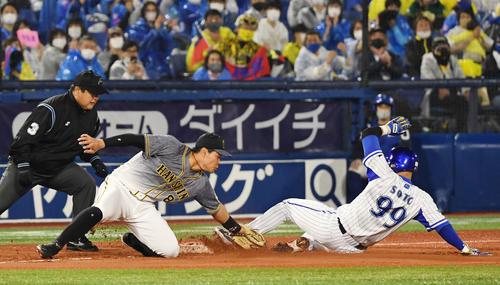 DeNA対阪神 4回裏DeNA無死満塁、宮崎の中前2点適時打の間に好走塁で三塁へ進塁するソト(撮影・横山健太)