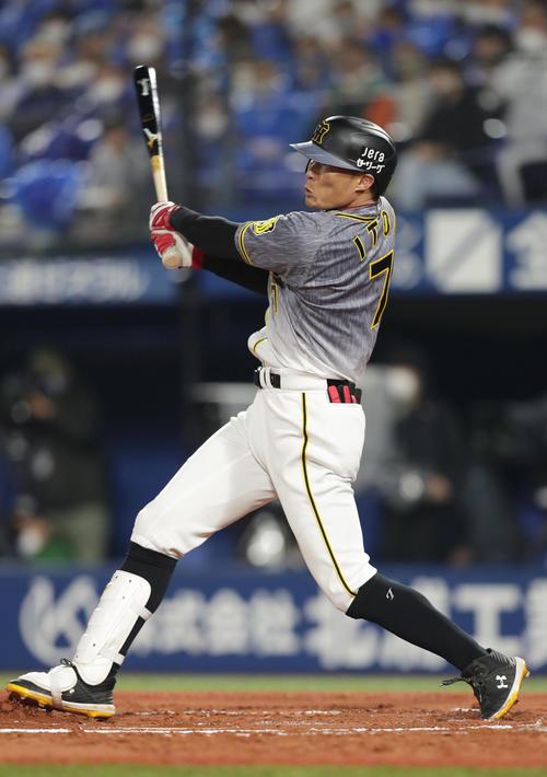 DeNA対阪神 6回表阪神2死、中越え本塁打を放つ糸井(撮影・前田充)