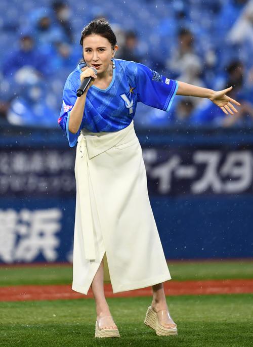 DeNA対阪神 試合前セレモニーで熱唱するMay.J(撮影・横山健太)