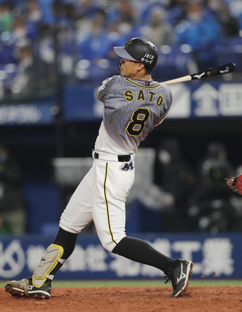 DeNA対阪神 4回表阪神無死、右越え本塁打を放つ佐藤輝(撮影・前田充)