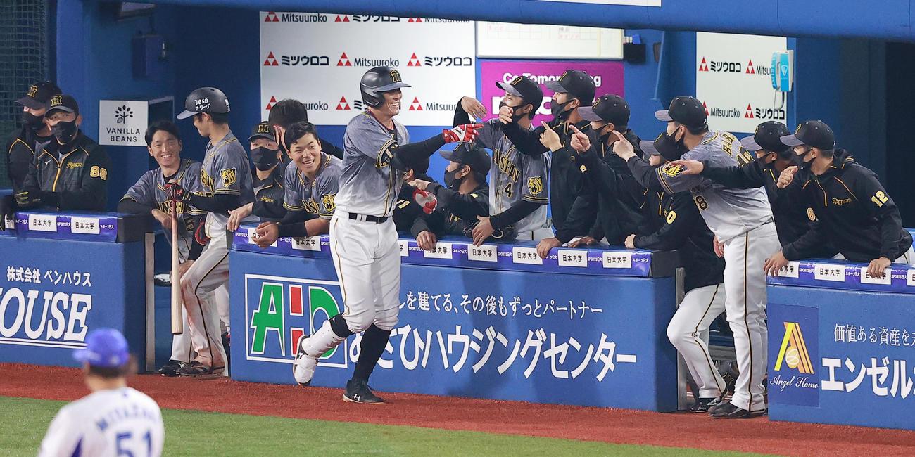 DeNA対阪神 6回表阪神2死、左中間本塁打を放ちベンチに迎えられる糸井(撮影・野上伸悟)