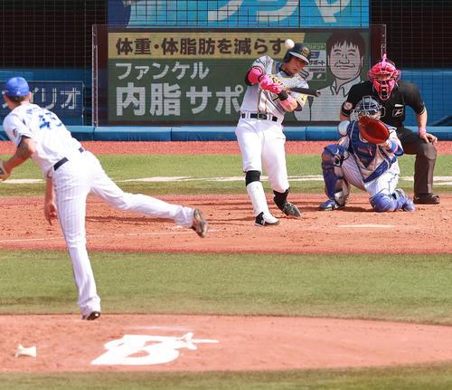 DeNA対阪神 5回表阪神無死三塁、ピープルズから右中間2点本塁打を放つ糸井(撮影・野上伸悟)
