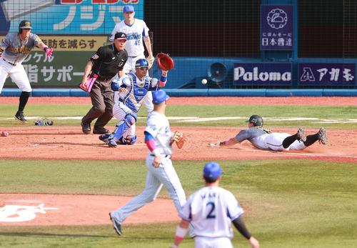 DeNA対阪神 5回表阪神無死一塁、サンズの左適時二塁打で生還する佐藤輝。捕手嶺井、後方左は糸井、右はピープルズ(撮影・野上伸悟)