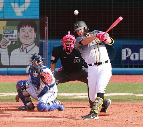 DeNA対阪神 5回表阪神無死一塁、母の日仕様のピンクバットで左適時二塁打を放つサンズ(撮影・野上伸悟)