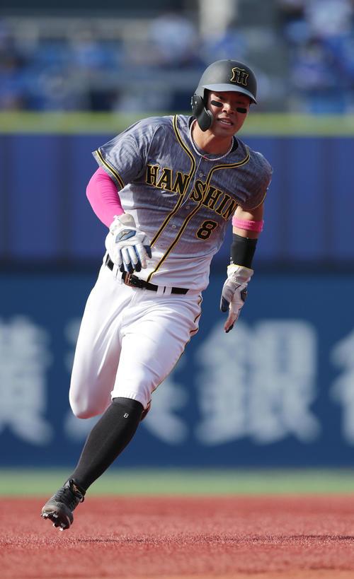 DeNA対阪神 5回表阪神無死一塁、サンズの同点適時二塁打で、一塁から本塁を狙う佐藤輝(撮影・前田充)