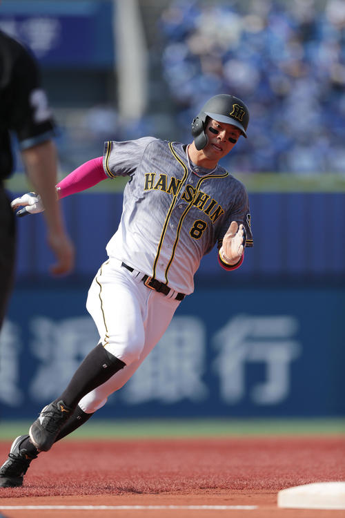 DeNA対阪神 5回表阪神無死一塁、サンズの同点適時二塁打で、一走の佐藤輝は三塁を回り、一気に本塁を狙う(撮影・前田充)