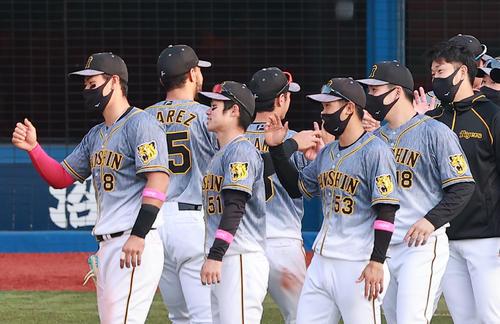 DeNA対阪神 スアレス(奥左)からウイニングボールをもらう阪神馬場(手前右から2人目)。手前左から佐藤輝、中野、島田、1人おいて岩貞(撮影・野上伸悟)