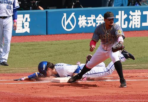 DeNA対阪神 1回裏DeNA無死二塁、二ゴロで一塁にヘッドスライディングする倉本(撮影・野上伸悟)