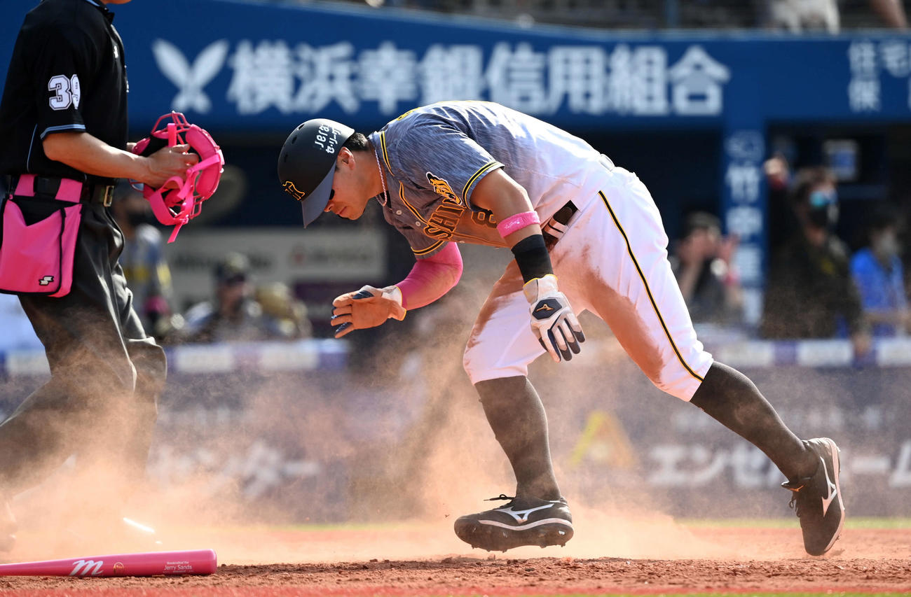 DeNA対阪神 5回表阪神無死一塁、ジェリー・サンズの左越え適時二塁打で生還した佐藤輝(撮影・たえ見朱実)
