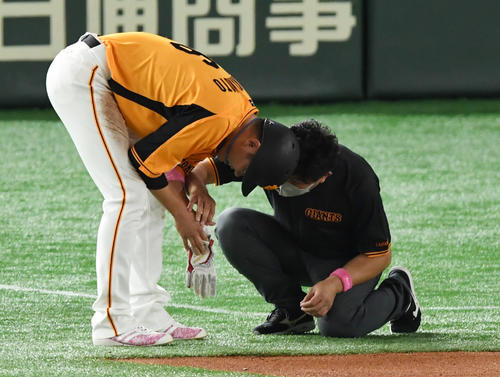 巨人対ヤクルト 5回裏巨人無死一、二塁、帰塁の際に手を痛める坂本(撮影・横山健太)