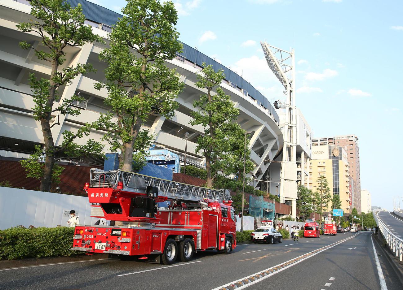 DeNA対阪神 横浜スタジアム付近でぼやが発生し、駆けつけた消防車とパトカー(撮影・前田充)