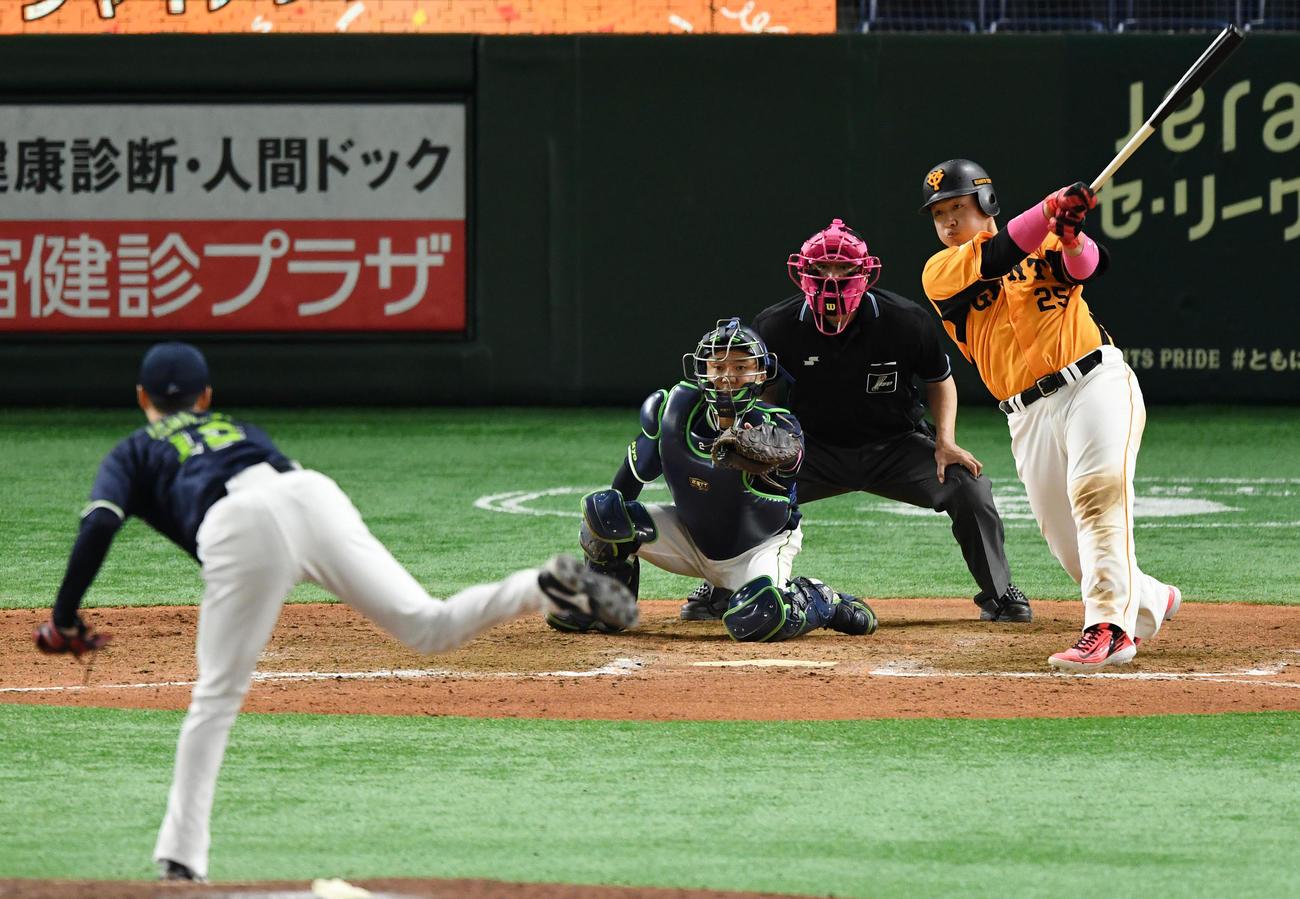 巨人対ヤクルト 9回裏巨人1死一、二塁、サヨナラとなる右越え3点本塁打を放つ岡本和(撮影・横山健太)