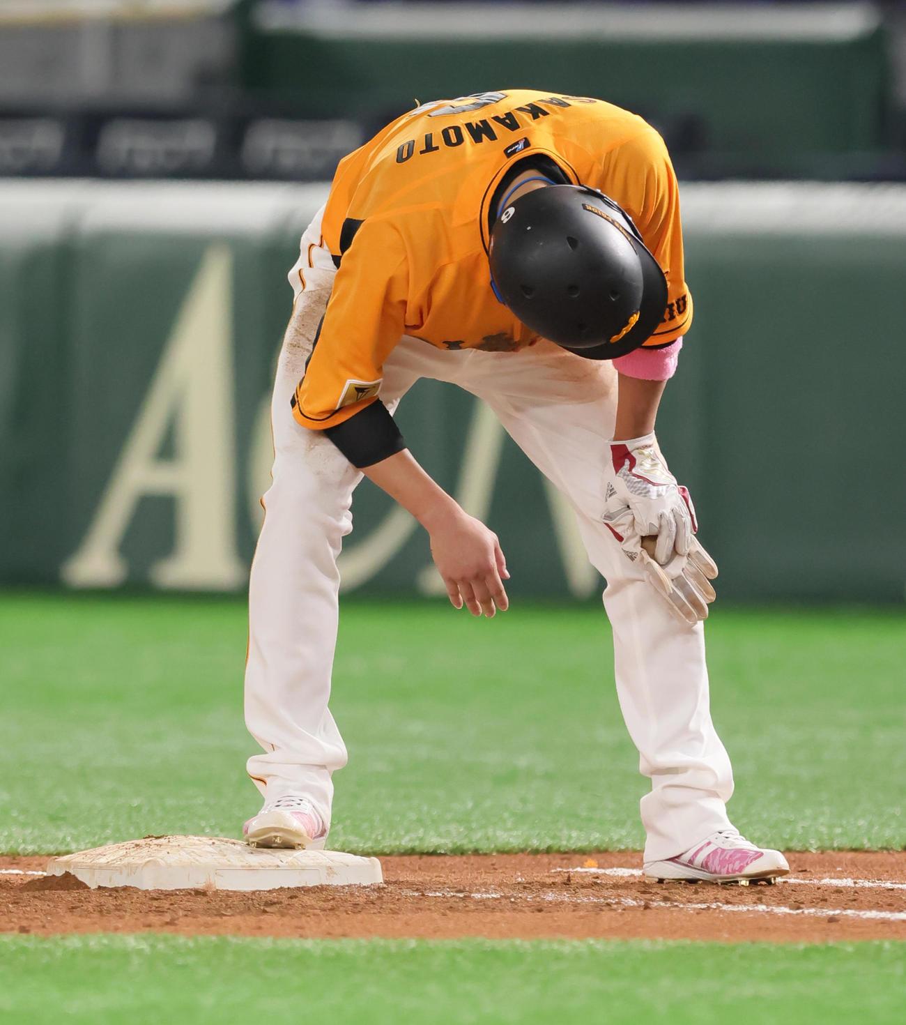 巨人対ヤクルト 5回裏巨人無死一、二塁、けん制で一塁に帰塁した際、右手を痛める一塁走者坂本(撮影・足立雅史)