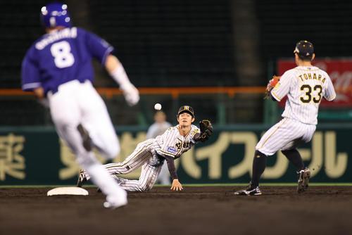 阪神対中日 5回表中日無死一塁、京田の二遊間の打球を好捕した遊撃手中野は二塁手糸原にグラブトスでアウトを奪う(撮影・清水貴仁)
