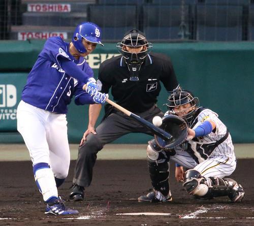 阪神対中日 2回表中日無死一塁、高橋は中越え2点本塁打を放つ(撮影・上山淳一)