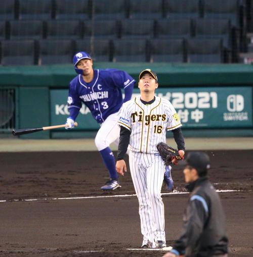阪神対中日 2回表中日無死一塁、西勇(手前)は高橋周に中越え2点本塁打を浴びる(撮影・上山淳一)