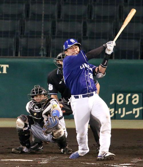 阪神対中日 4回表中日1死一塁、木下拓は左越え2点本塁打を放つ(撮影・上山淳一)