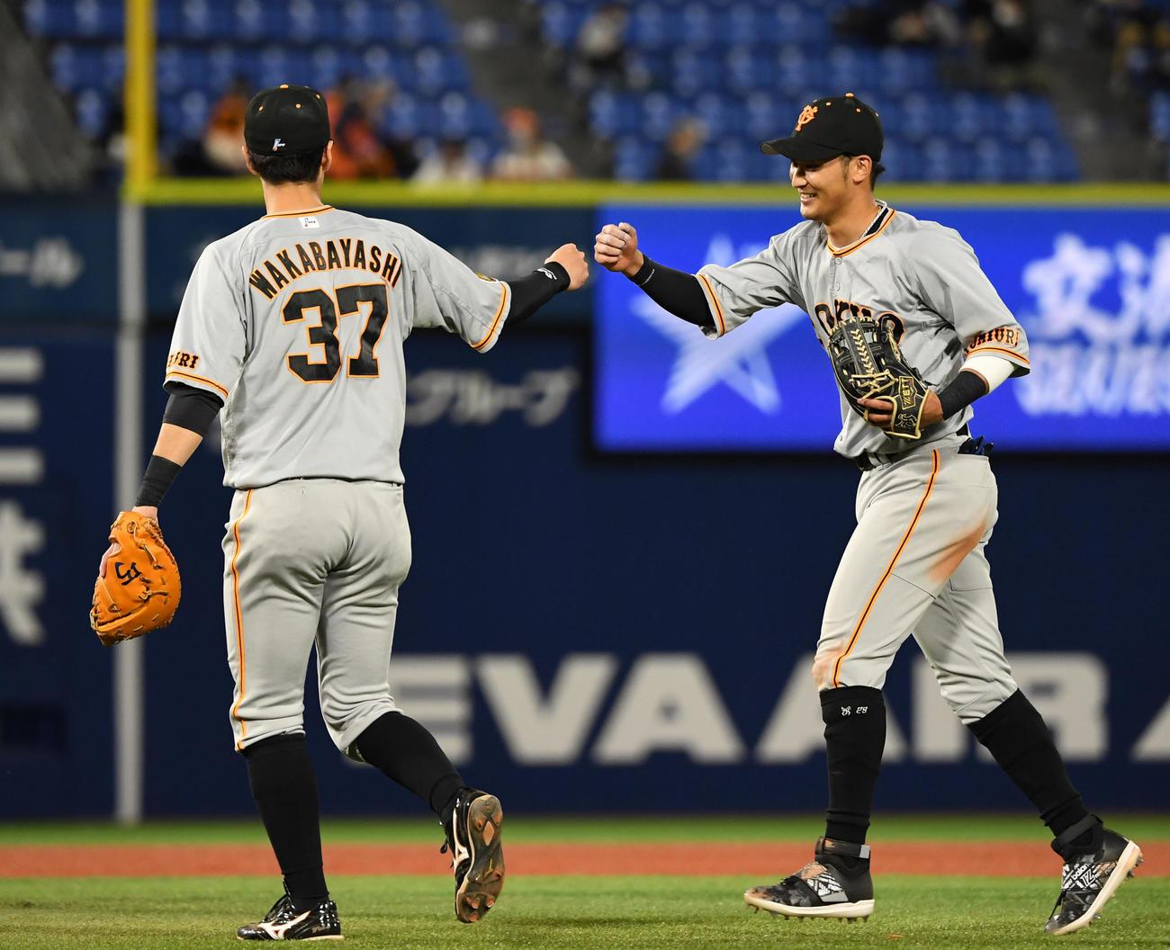 DeNA対巨人 DeNAに勝利しタッチを交わす巨人若林(左)と吉川(撮影・横山健太)