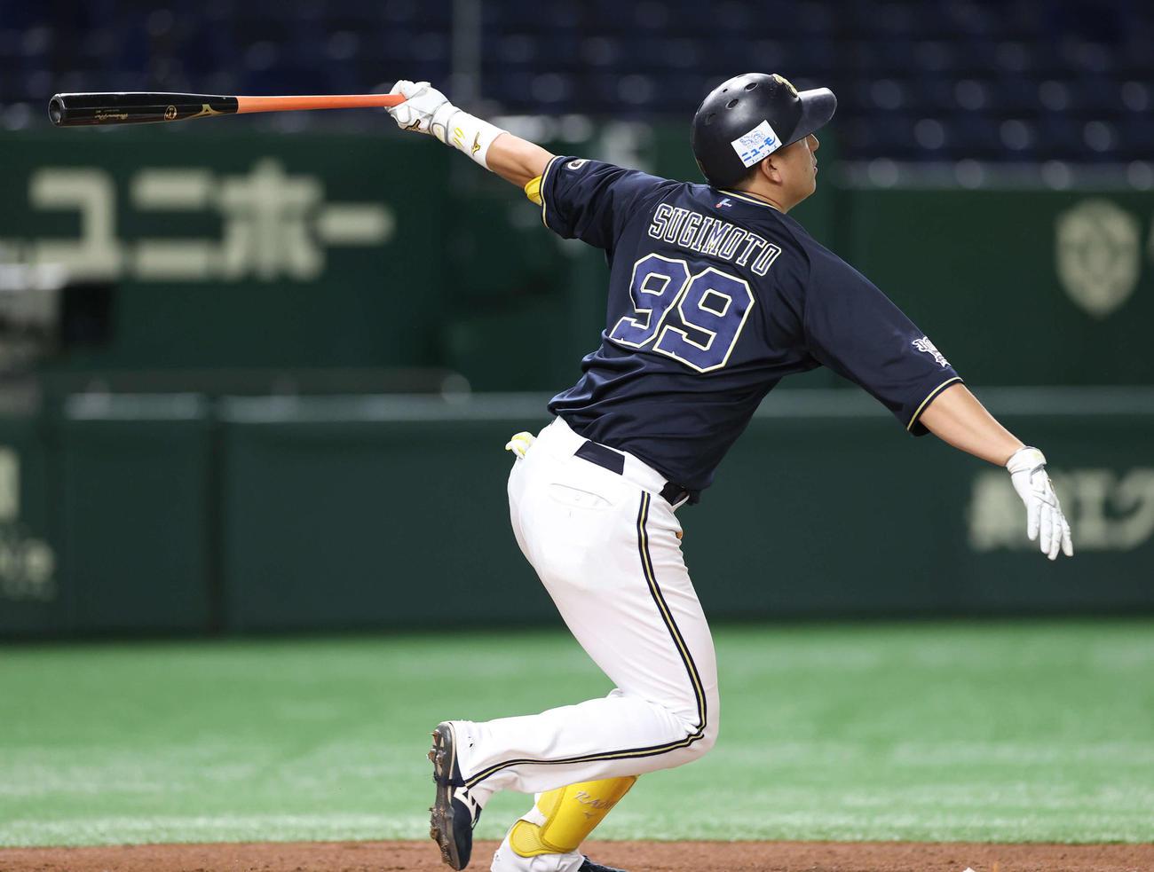 日本ハム対オリックス 1回表オリックス2死三塁、左中間に先制の2点本塁打を放つ杉本(撮影・河野匠)