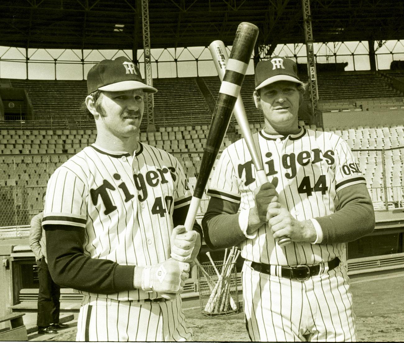 バットを持ちポーズを取るマイク・ラインバックさん(左)とハル・ブリーデンさん(1977年撮影)