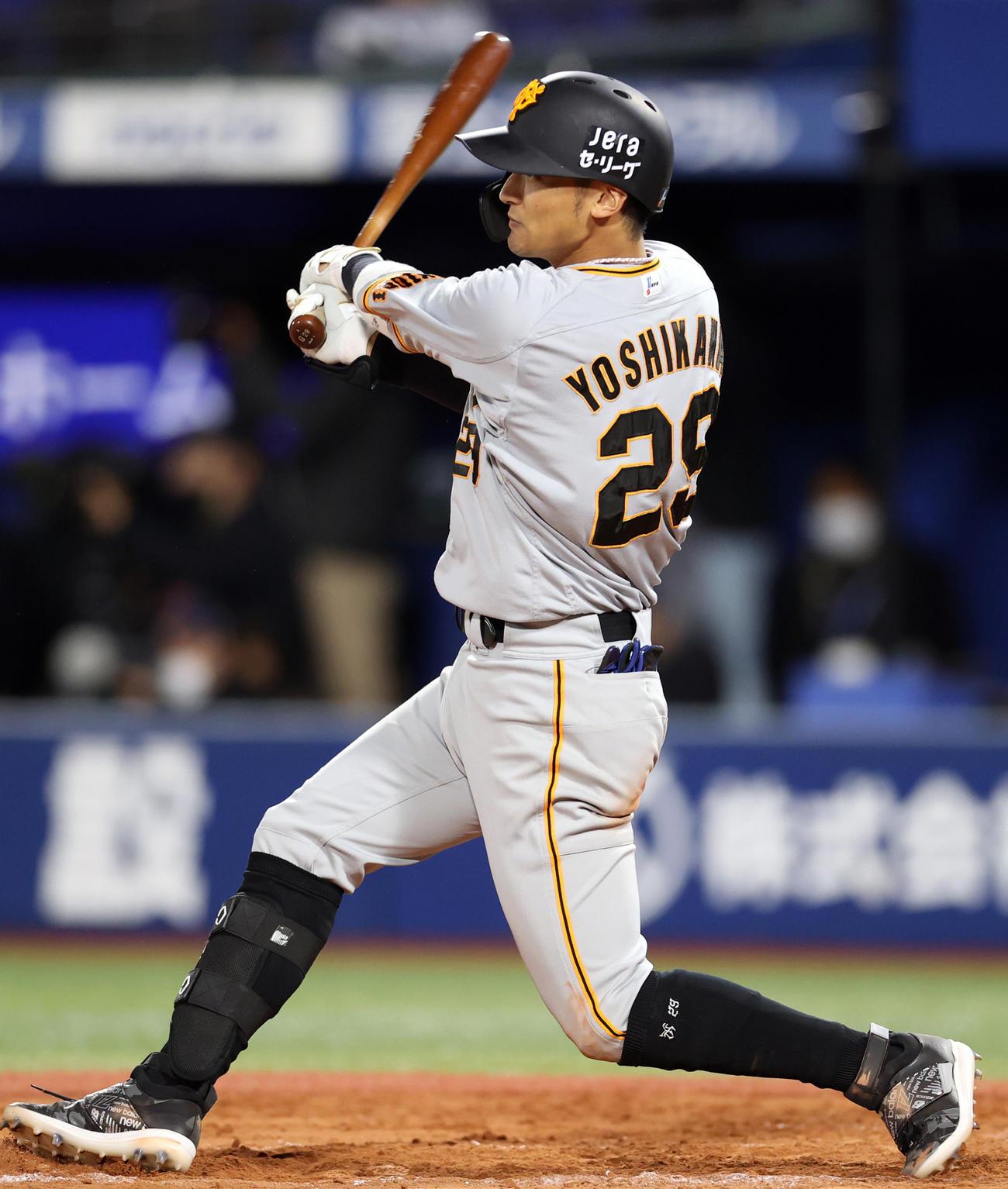 9回表巨人1死、若林に続き、ソロ本塁打を放つ吉川(撮影・狩俣裕三)