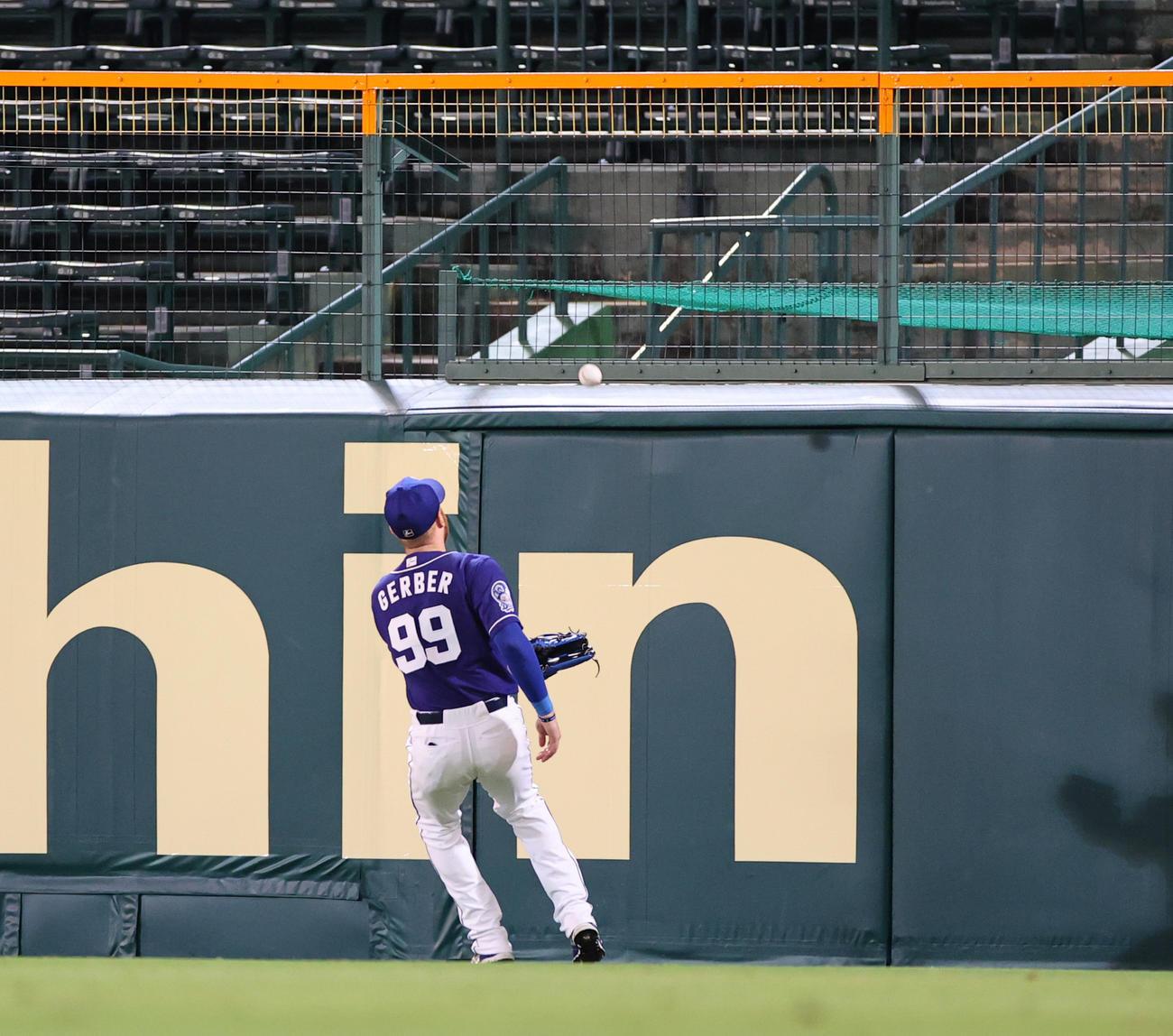 阪神対中日 4回裏阪神無死一塁、右越え二塁打を放つ佐藤輝、右翼手ガーバー(撮影・清水貴仁)