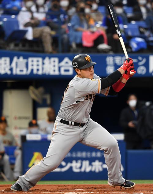 DeNA対巨人 1回表巨人1死一、二塁、中前適時打を放つ岡本(撮影・横山健太)