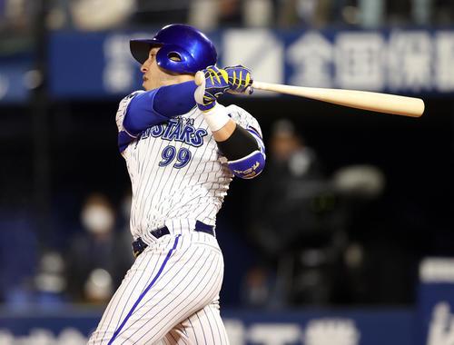 DeNA対巨人 8回裏DeNA2死一塁、2点本塁打を放つソト(撮影・狩俣裕三)