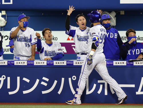 DeNA対巨人 8回裏DeNA2死一塁、2点本塁打を放ったソト(手前)を迎える佐野(中央)らDeNAベンチ(撮影・狩俣裕三)