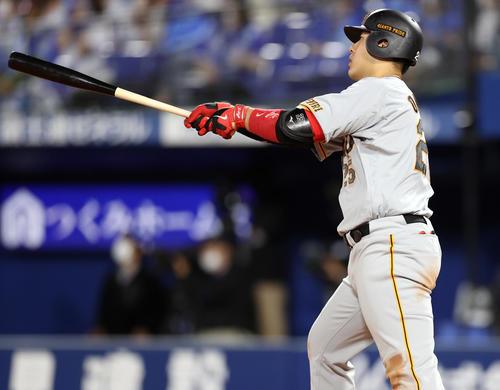 DeNA対巨人 9回表巨人2死一塁、2点本塁打を放つ岡本和(撮影・狩俣裕三)