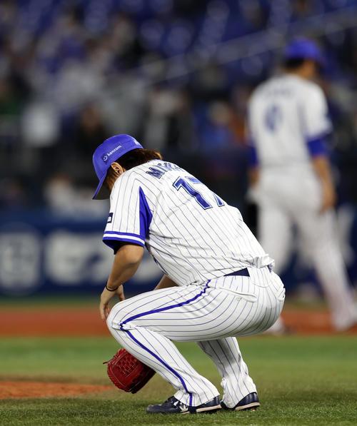 DeNA対巨人 9回表巨人2死一塁、岡本和に2点本塁打を打たれ、しゃがみこむ三嶋(撮影・狩俣裕三)
