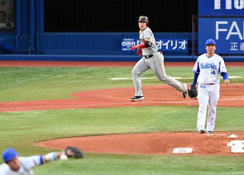 DeNA対巨人 1回表巨人1死一、二塁、先制の中前適時打を放つ岡本和。投手浜口(撮影・たえ見朱実)