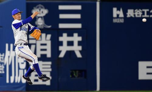 DeNA対巨人 5回表巨人無死一塁、岡本和の打球を好捕し併殺を奪う大和(撮影・横山健太)
