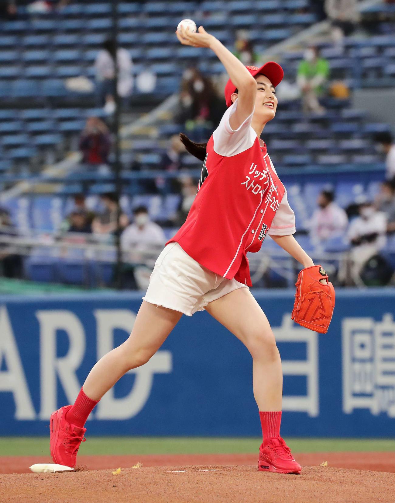 ヤクルト対広島 始球式を務めた八木莉可子(撮影・丹羽敏通)
