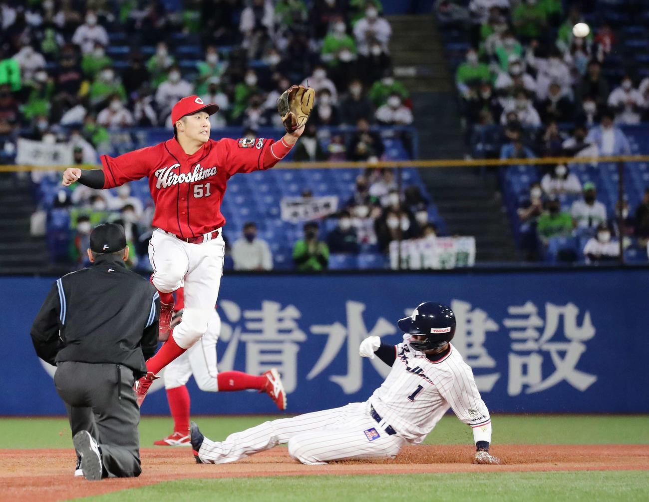 ヤクルト対広島 3回裏ヤクルト2死一塁、打者村上のとき一塁走者山田が二盗を決める。遊撃手小園(撮影・丹羽敏通)