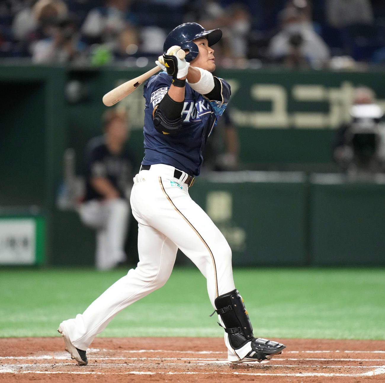 日本ハム対オリックス 2回裏日本ハム1死、先制の右越えソロ本塁打を放つ王柏融(撮影・鈴木みどり)