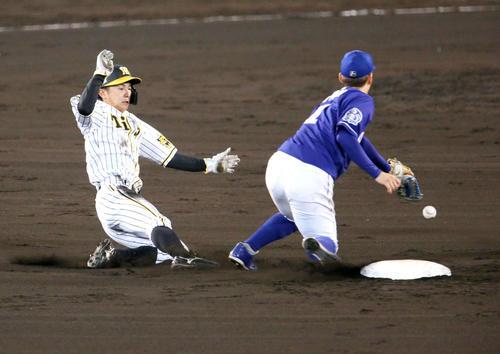 阪神対中日 7回裏阪神2死一塁、代走熊谷(左)は二盗を決める。右は遊撃手京田(撮影・上山淳一)