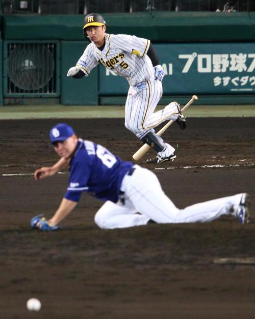 阪神対中日 7回裏阪神2死二塁、近本は中前適時打を放つ(撮影・上山淳一)