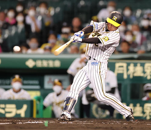 阪神対中日 7回裏阪神2死二塁、中前へ同点適時打を放つ近本(撮影・清水貴仁)