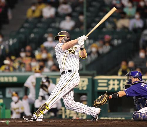 阪神対中日 8回裏阪神2死、サンズは左中間に勝ち越し本塁打を放つ(撮影・清水貴仁)