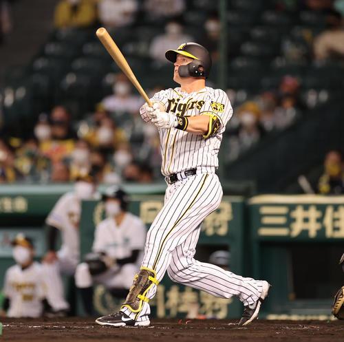 阪神対中日 8回裏阪神2死、左越え決勝本塁打を放つサンズ(撮影・清水貴仁)