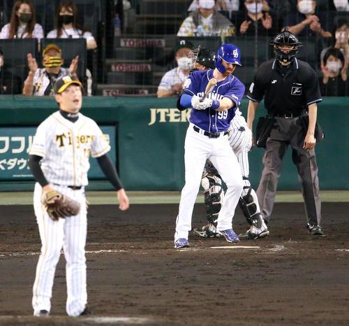 阪神対中日 8回表中日2死三塁、ガーバーは空振り三振に終わる(撮影・上山淳一)