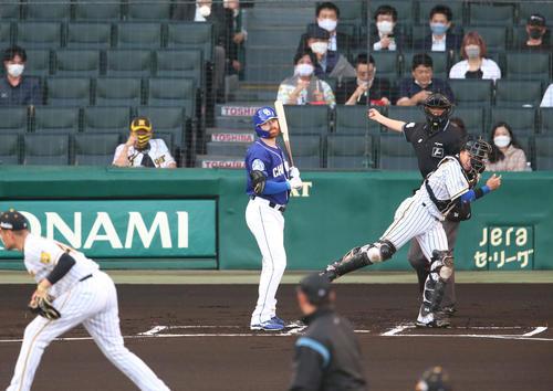阪神対中日 1回表中日1死一塁、打者ガーバーの時に走った京田をアウトにする捕手梅野(撮影・上山淳一)