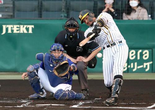 阪神対中日 1回裏阪神1死一塁、マルテは左前打を放つ(撮影・上山淳一)