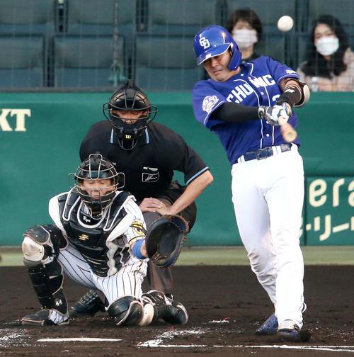 阪神対中日 2回表中日2死、木下拓は先制の左越え本塁打を放つ(撮影・上山淳一)