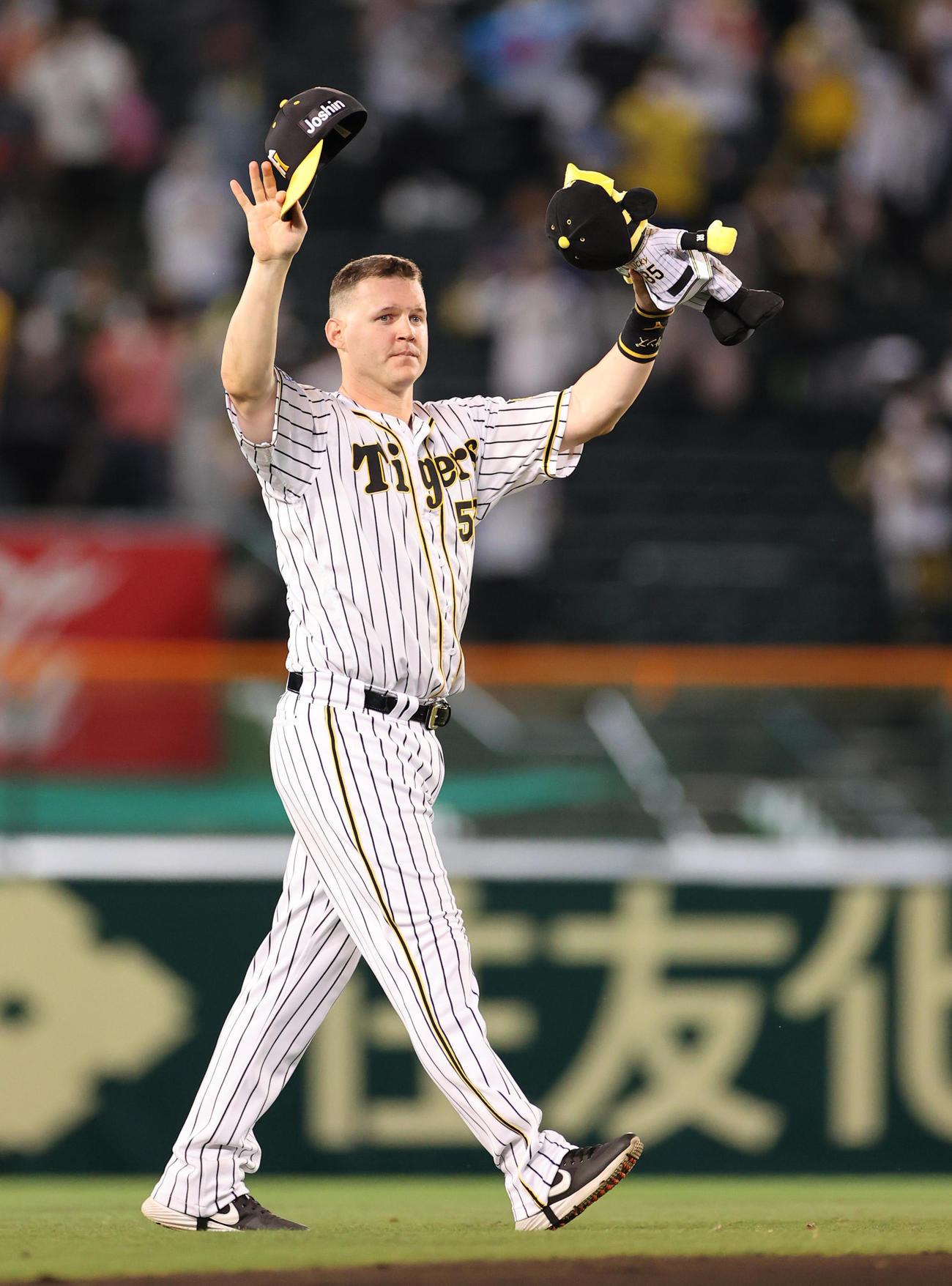 阪神対中日 ファンに手を振るサンズ(撮影・清水貴仁)