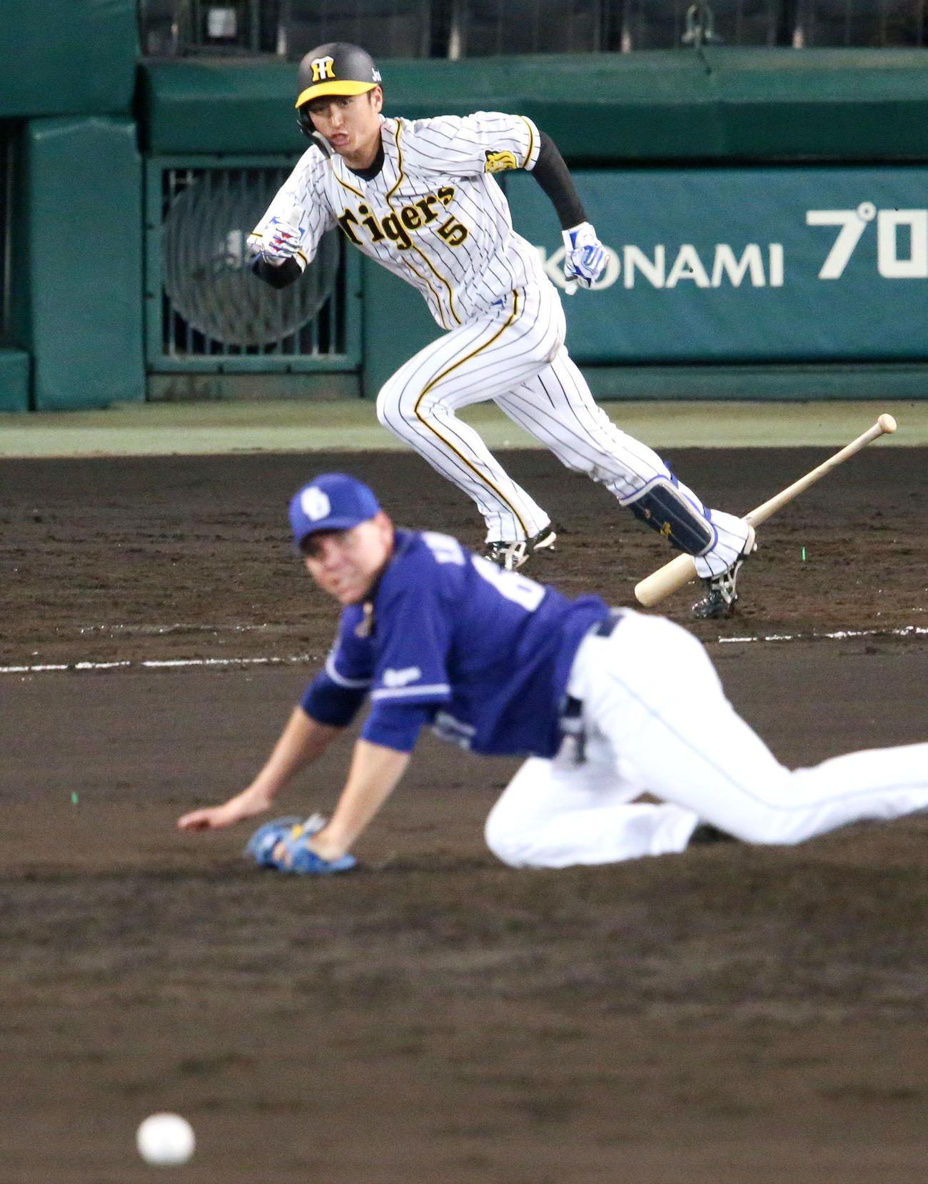 阪神対中日 7回裏阪神2死二塁、近本は中前同点適時打を放つ。手前はロドリゲス(撮影・上山淳一)