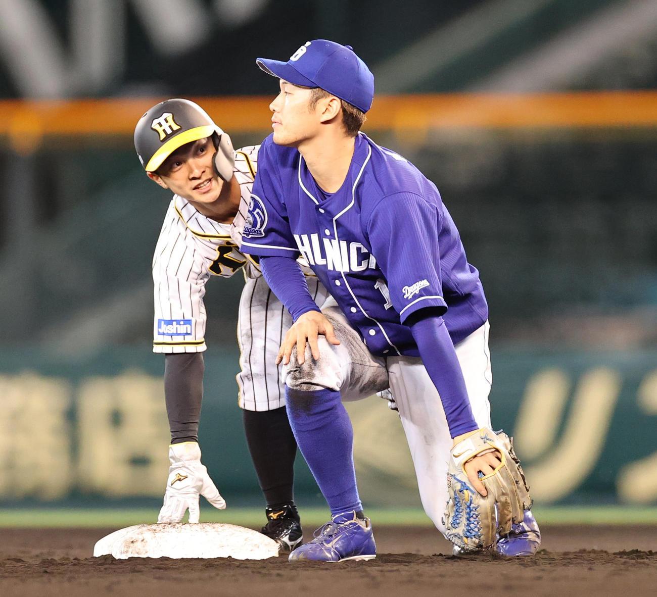 阪神対中日 7回裏阪神2死一塁、打者近本の時に二盗を決める代走熊谷(撮影・清水貴仁)