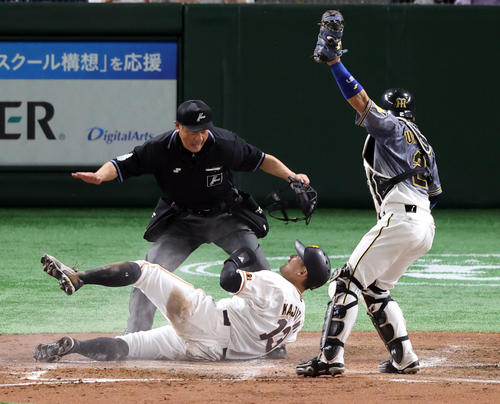 巨人対阪神 3回裏巨人1死満塁、岡本和の犠飛で生還する梶谷(中央)。右は梅野(撮影・狩俣裕三)